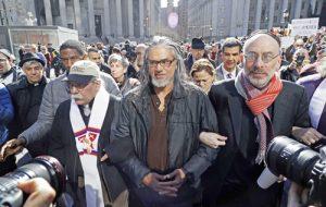 Ravi Ragbir (al centro), en protesta en contra de las deportaciones en marzo de 2017 en Nueva York. Ragbir fue detenido el 11 de enero cuando se presentó a su cita de inmigración.