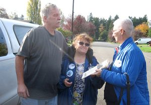 Retired postal worker Jim Kirwan talks with Walmart workers Pat Scott, center, and Mary Martin about Militant, Socialist Workers Party in Federal Way, Washington, October 2016.