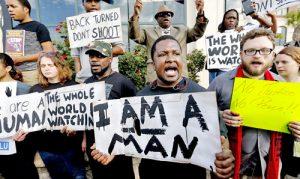 Protesta frente al ayuntamiento de North Charleston después de que el policía Michael Slager le disparó mortalmente a Walter Scott en la espalda el 5 de abril de 2015.