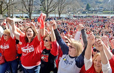 Trabajadores escolares de Virginia del Oeste en huelga, mineros y otros partidarios en protesta, 26 de febrero, en solidaridad con la lucha, la cual tiene aspectos de movimiento social amplio.