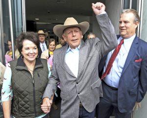Desde izq., Carol Bundy, ranchero Cliven Bundy, su abogado Bret Whipple, e hijo Ammon, atrás con sombrero, salen de corte en Las Vegas tras fallo que prohibe que Cliven, Ammon y Ryan Bundy y Ryan Payne sean enjuiciados de nuevo debido a la negligencia de la fiscalía.