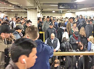 Pasajeros corren para alcanzar el metro después de interrupción del servicio en Brooklyn, en abril de 2017. Bonistas ganan millones, pero patrones reducen mantenimiento, tripulación.