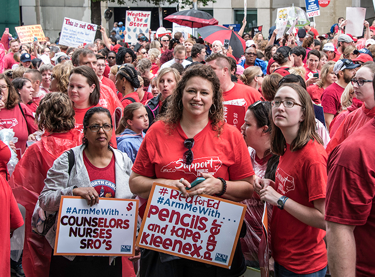 Protesta de 20 mil personas en Raleigh, Carolina del N. el 16 de mayo atrajo amplia solidaridad.