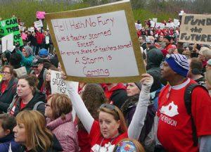 Maestros y trabajadores escolares protestan en Frankfort, Kentucky, el 2 de abril. La victoria de trabajadores en Virginia del Oeste ha inspirado una ola de huelgas y protestas en otros estados.