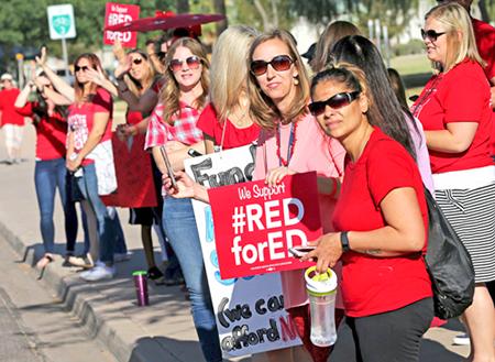 """""""Entrada colectiva"""" de maestros en Mesa, Arizona, el 25 de abril, una de cientos que los maestros han realizado por todo Arizona en las últimas semanas, parte del esfuerzo para organizar un movimiento social para luchar por fondos para las escuelas."""