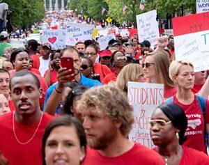 Marcha de 20 mil maestros y partidarios en Raleigh, capital de Carolina del Norte, el 16 de mayo, parte de rebelión de maestros en Virginia del Oeste, Kentucky, Arizona y Colorado.