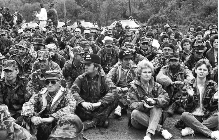 """Maestros en huelga en Virginia del Oeste aplicaron lecciones de décadas de batallas sindicales en regiones carboníferas, ganando apoyo de mineros y jubilados y sus familias. Arriba, mineros y parti-darios del sindicato UMW cerraron planta de carbón de la Pittston en Virginia durante huelga de 11 meses en 1989. Abajo., mineros en Bellaire, Ohio, en 1943 leen artículo que informaba que el presi-dente sindical John L. Lewis desafiaba amenaza del gobierno de emplear tropas para remplazar a los huelguistas mineros durante II Guerra Mundial. """"¡No puede extraer carbón con bayonetas!"""", respon-dieron los mineros."""