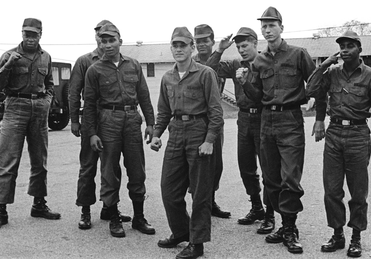 """Washington se vio sacudido por oposición masiva a guerra de Vietnam """"no solo entre estudiantes y millones de trabajadores, sino entre las filas del ejército de conscriptos"""", dijo Waters. Arriba, los Ocho de Fort Jackson, soldados que se defendieron de intento de someterlos a un juicio militar en 1969 por hablar en contra de la guerra. Abajo, combatientes vietnamitas de liberación nacional, abril de 1975, celebran encima de tanque capturado tras victoria contra décadas de intervención imperialista estadounidense."""