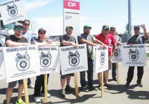 Ferroviarios en huelga contra Canadian Pacific en Lachine, Montreal, 30 de mayo. El paro de 3 000 maquinistas y conductores afectó el movimiento de cargas en Norteamérica.
