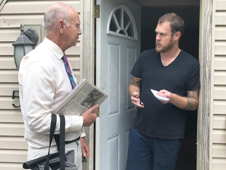Dan Fein (izq.), candidato del Partido Socialista de los Trabajadores a gobernador de Illinois, con Jesse Bridges cuando hacía campaña de puerta en puerta en Kankakee, Illinois, julio 29.