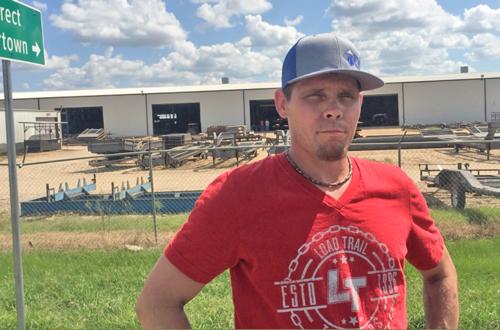 """Dennis Perry, obrero de Load Tail donde la migra hizo una redada el 28 de agosto. Sus compañeros de trabajo que fueron arrestados solo están """"tratando de mantener a sus familias"""", dijo."""