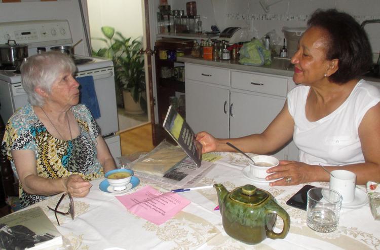 Trabajadora Venecia Acosta (der.), invita a la candidata de la Liga Comunista de Canadá Beverly Bernardo para discutir sobre política, 17 de septiembre. Se conocieron la semana previa cuando Bernardo tocó a su puerta en un barrio en Montreal. Acosta se suscribió al Militante y compró Malcolm X, la liberación de los negros y el camino al poder obrero.