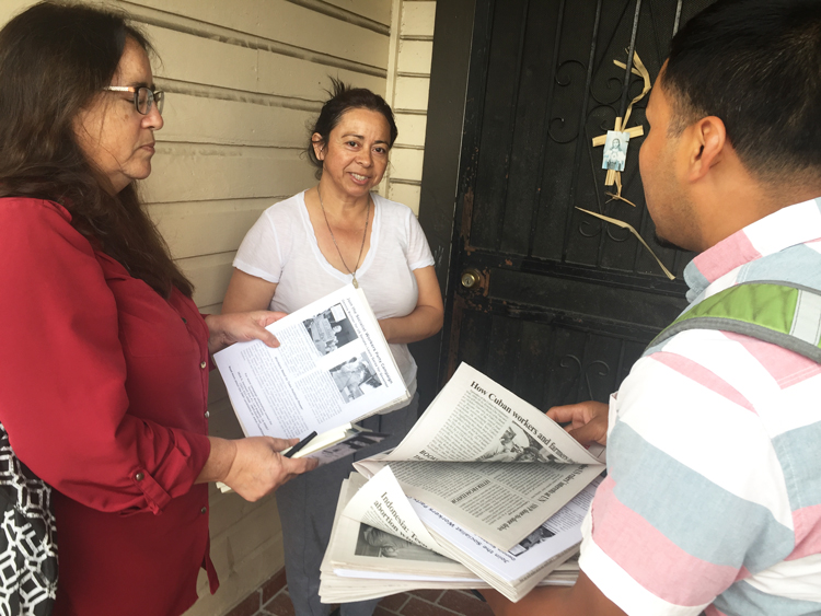 "Socialist Workers Party members Laura Garza and Fredy Huinil speak with Dora Correa, center, Oct. 6 about debate over ""gentrification,"" rising rents, thug attacks on art galleries in Boyle Heights neighborhood of Los Angeles, and workers need for a labor party."