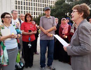 """Alyson Kennedy, candidata del PST al senado por Texas, habla en protesta en Dallas contra ataque antisemita en Pittsburgh. """"Las uniones deben pronunciarse contra odio anti-judio"""", dijo."""