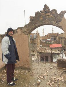 """Hussein Abbas Ahmed, maestro, frente a los restos de su casa en la """"ciudad vieja"""" en el oeste de Mosul,"""