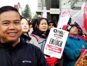 Protestas de huelguistas de hoteles Marriott, 1 de diciembre. Los miembros de UNITE HERE regresaron a trabajar el 5 de diciembre tras aprobar convenio que incluye seguro médico sin costos adicionales.