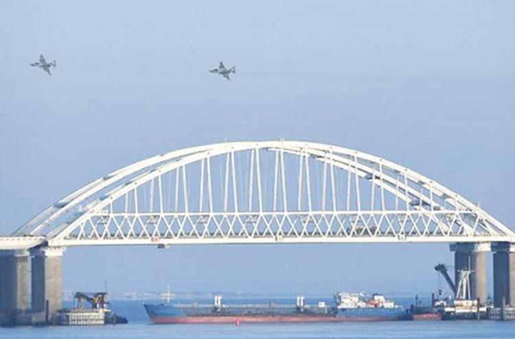 Aviones rusos sobrevuelan puente Kerch, mientras buque ruso bloquea acceso a mar de Azov. Moscú capturó tres barcos ucranianos con su tripulación de 24 miembros, 25 de noviembre.
