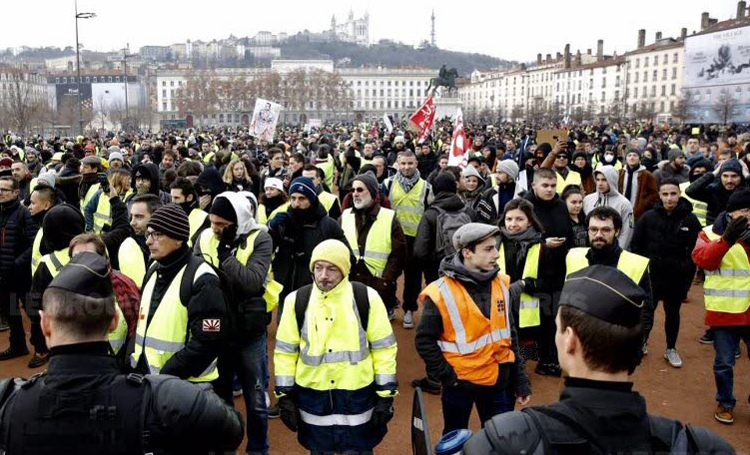 "Dec. 15 yellow vest protest in Lyons, France, part of nationwide actions. ""I never thought we'd be doing this,"" bus driver Sylvie Orquin told Militant at traffic circle protest in Normandy."