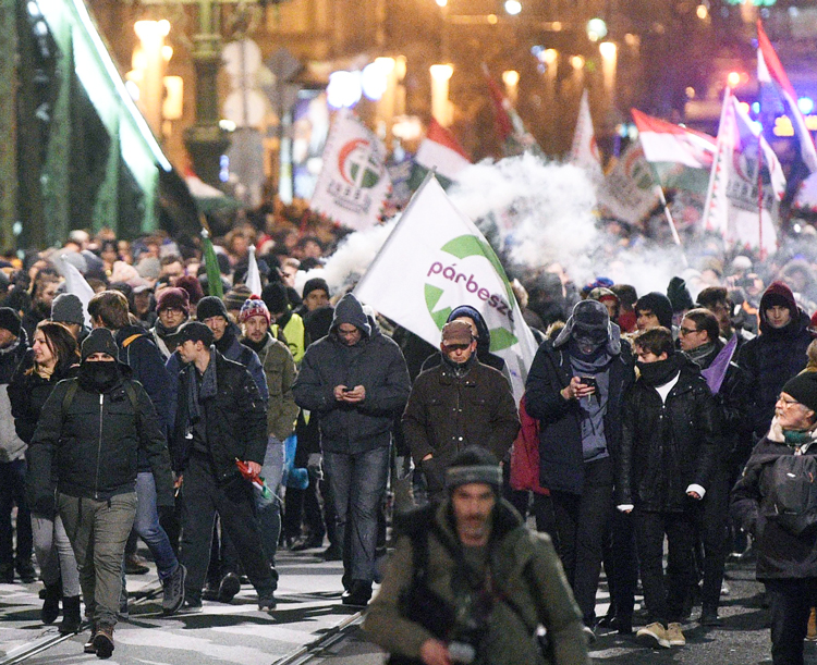 Protesters march on Szabadsag Bridge in Budapest, Hungary, Dec. 14 against government's anti­-labor measures, including authorizing bosses to impose more forced overtime on workers.