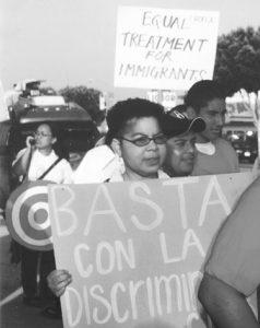 Bailey, candidata del PST para gobernadora de California en 2002, en protesta en Los Angeles por amnistía y contra deportaciones.