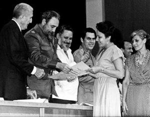 Fernández y Fidel Castro otorgan diplomas a docentes graduados en 1985. Fernández tuvo muchas responsabilidades directivas a través de los años, fue ministro de educación y vicepresidente del Consejo de Ministros.