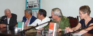 Desde izq.: Fernández; generales cubano-chinos Gustavo Chui, Armando Choy, Moisés Sío Wong; y Mary-Alice Waters, dirigente del Partido Socialista de los Trabajadores, presentan Nuestra historia aún se está escribiendo en Feria Internacional del Libro de La Habana, 6 de febrero de 2006.