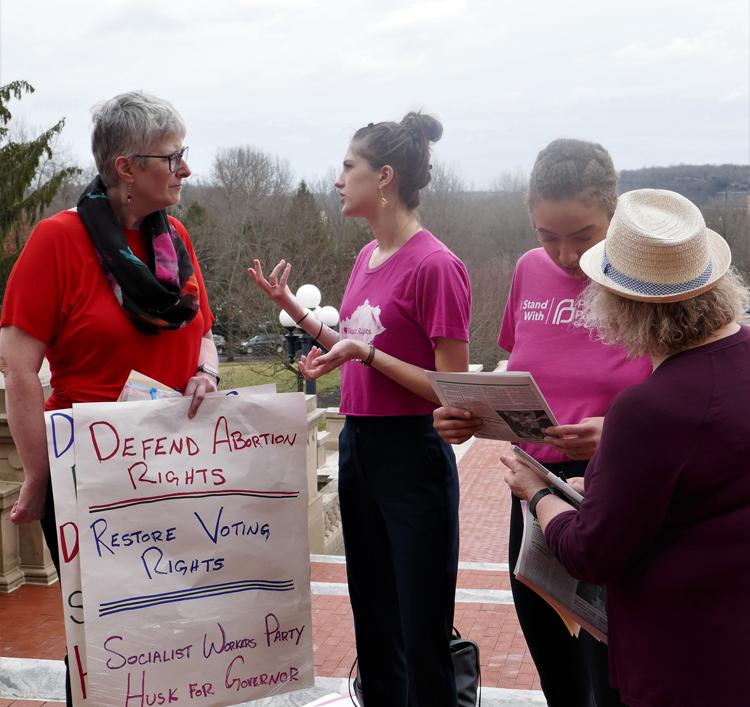 Amy Husk, candidata del Partido Socialista de los Trabajadores para gobernadora de Kentucky, izq., habla con Ruby Lestrange durante protesta el 7 de febrero en Frankfort en defensa del derecho de la mujer al aborto.