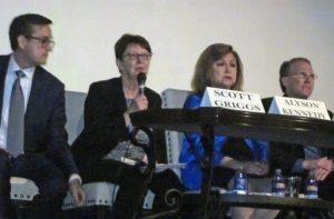 Alyson Kennedy, candidata del Partido Socialista de los Trabajadores para alcalde de Dallas, habla el 12 de febrero en debate entre candidatos. Recuadro, Kennedy hace campaña en las puertas de los trabajadores por toda el área.