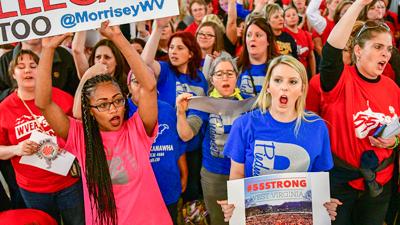 """Arriba: Griselda Aguilera toma palabra durante evento. Dijo que en un recorrido reciente en Estados Unidos para hablar sobre la Revolución Cubana aprendió que """"los trabajadores en Estados Unidos sí defienden sus derechos"""". Abajo: trabajadores escolares en Charleston, Virginia del Oeste, en huelga en 2018."""