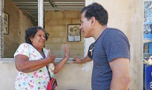 Arriba, Bárbara Borrego habla con Róger Calero en lo que quedó de su casa tras el tornado. Abajo, casi finalizada nueva casa reconstruida por brigadas de obreros de construcción.