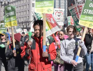 Teachers on strike in Oakland, California, Feb. 21 march for wage raise, smaller class sizes, end to threatened school closures. Students, parents and other workers joined action in solidarity.