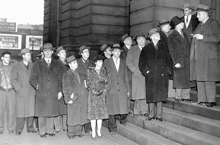 Most of the 18 convicted leaders of the SWP and Minneapolis Teamsters line up on way to prison, December 1943. This was U.S. rulers' first use of their thought-control Smith Act, adopted as Washington prepared to enter the inter-imperialist Second World War.