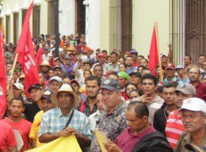 Campesinos de Barinas, Venezuela, marchan en Caracas, agosto 2018, para exigir que el gobierno detenga expulsión por jueces y terratenientes de pequeños agricultores de tierras obtenidas durante presidencia de Chávez. La crisis producida por el capitalismo y las políticas del gobierno de Chávez y Maduro continúan azotando a pequeños agricultores y trabajadores.