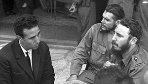 Dirigente revolucionario argelino Ahmed Ben Bella (izq.), se reune con Che Guevara (centro), y Fidel Castro durante visita a Cuba en 1962. El gobierno de trabajadores y agricultores dirigido por Ben Bella no siguió el curso de la Revolución Cubana de derrocar el capitalismo. Su gobierno fue derrocado por un golpe militar contrarrevolucionario en 1965.