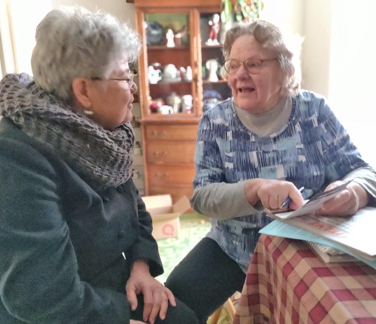 Lea Sherman (izq.), candidata del Partido Socialista de los Trabajadores para la Asamblea Estatal de Nueva Jersey, habla con Susan Wright en su casa en Frenchtown, marzo 20. Wright compró una suscripción al Militante y cuatro libros, e hizo una contribución a la campaña.