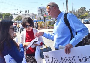 Dennis Richter, Socialist Workers Party candidate for Los Angeles City Council, joins with Uber drivers in Redondo Beach, Calif., protest March 25 against bosses slashing their pay.