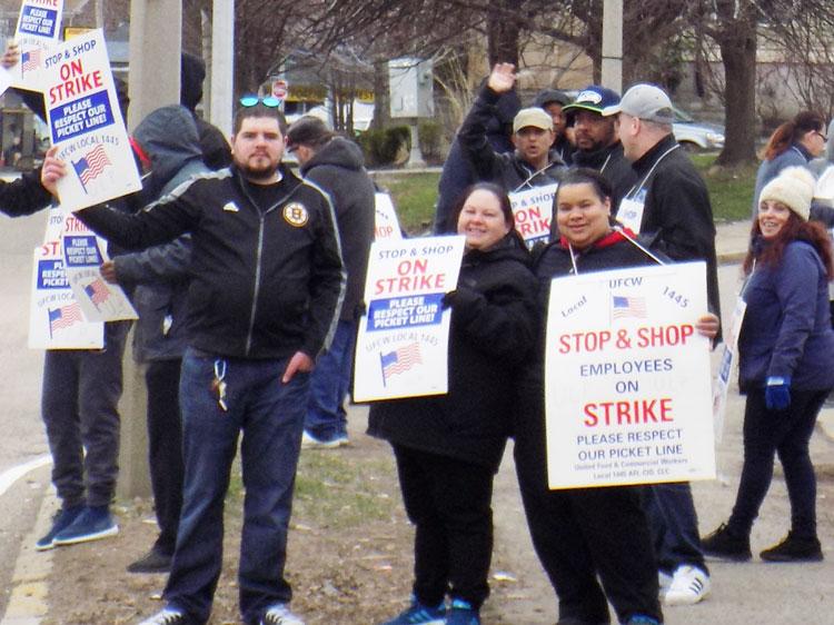 Huelguistas de Stop & Shop en Boston, Massachusetts, abril 12. Se necesita amplia solidaridad.