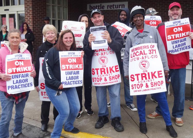 Piquetes en tienda de Stop & Shop en Bridgeport, 20 de abril. Huelguistas lucharon contra medidas patronales que buscan dividir a trabajadores a tiempo completo y parcial, aumentar costos médicos.