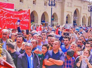 """Marcha del 1 de Mayo en Erbil, Kurdistán. Pancarta exige que el gobierno provea trabajos. Otros carteles decían, """"El Gobierno Regional de Kurdistán debe reconocer derechos de trabajadores""""."""