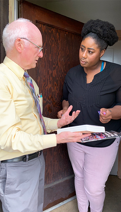 Joel Britton, Socialist Workers Party candidate for mayor of San Francisco, talks to Tayler Jones at her door in Oakland, California, April 27. Jones, a graduate student, got a subscription to the Militant.