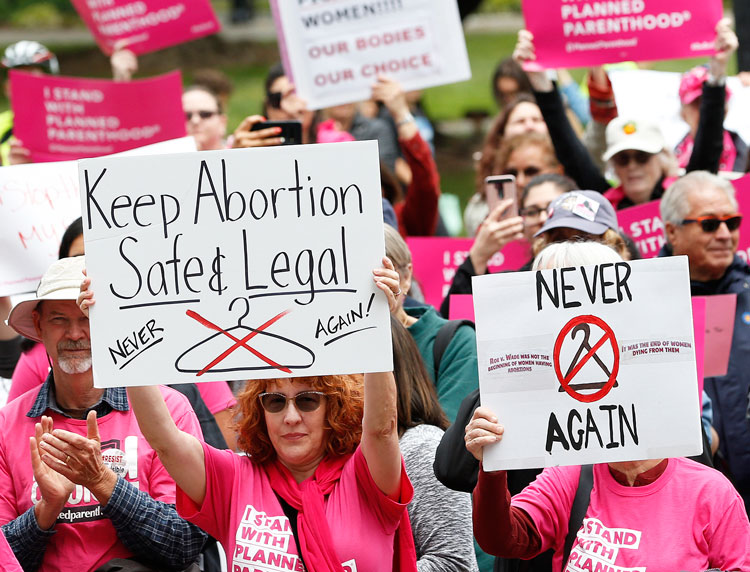 Protestan por el derecho de la mujer a elegir el aborto, Sacramento, California, el 21 de mayo.