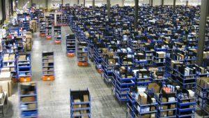 Robots cargados con mercancía corren por el almacén de Amazon, acelerando el ritmo de los empacadores. Los patrones dicen que cada segundo cuenta para las ganancias.