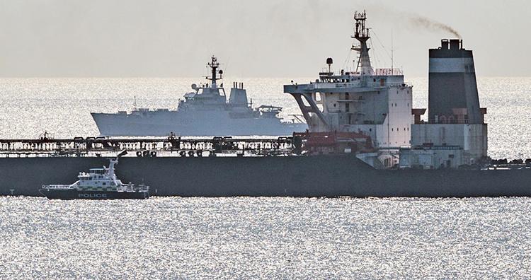 Arriba, buque de guerra (al fondo) británico y buque patrulla de la Marina Royal vigilan el buque iraní incautado frente a costa española. Izquierda, Infantes de la Marina Real asaltan buque, aparentemente tras solicitud de Washington; sanciones crean dificultades a trabajadores y jóvenes de Irán.