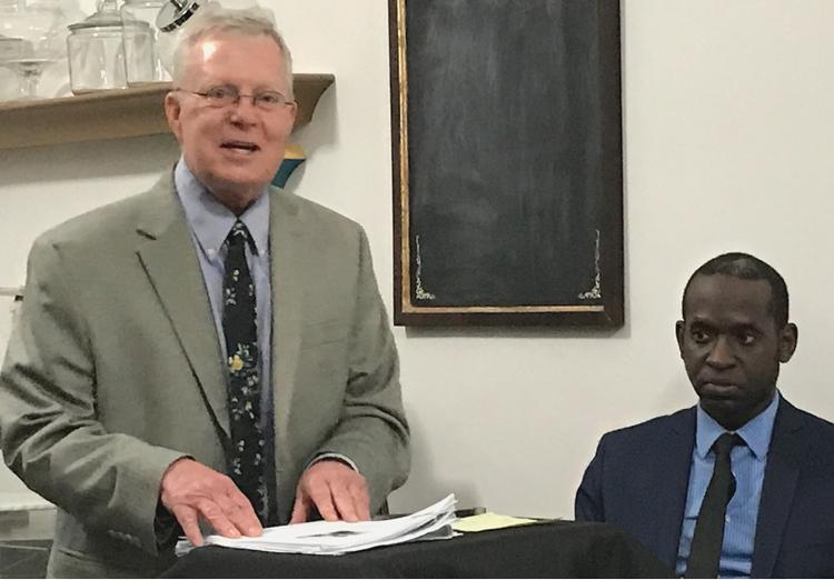 John Studer, director nacional de la campaña del Partido Socialista de los Trabajadores, habla en Pittsburgh, 10 de agosto, con Malcolm Jarrett, candidato para el concejo municipal.