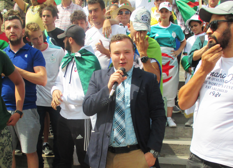 Pierre-Luc Filion, candidato de Liga Comunista en Canadá, habla en protesta el 3 de agosto en Ottawa, contra régimen militar en Argelia y para exigir libertad de arrestados durante protestas.
