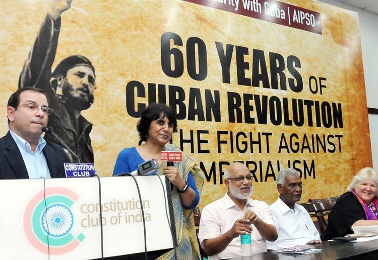 Fernando González habla el 24 de julio en evento de solidaridad con Cuba en Nueva Delhi, India.