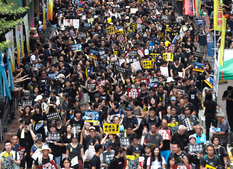 Multitudes durante protesta pacífica en Hong Kong, agosto 18, la más grande en dos meses.