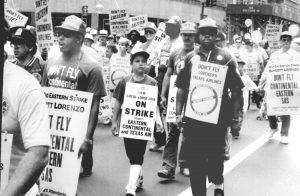 Huelguistas de aerolínea Eastern marchan en Nueva York, sept. de 1989. En su afán para sacar al presidente Trump, el Times está reescribiendo la historia para poner el 'racismo' al centro de la política, ocultando así los intereses comunes de trabajadores de todas las nacionalidades.