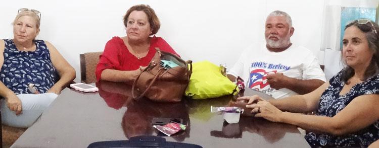 Parte de los 20 luchadores contra el coloniaje estadounidense en Puerto Rico que intercambiaron opiniones con delegación del Partido Socialista de los Trabajadores que visitó Mariana, una comunidad de Humacao el 17 de agosto, invitados por grupo comunitario Arecma. Desde la izq., Rosalina Abreu, presidente de Arecma; maestra jubilada Mildred Laboy; agricultor Julio Antonio Rivera y otra participante.