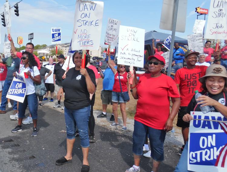"""Caravana de solidaridad de Louisville se une a huelguistas en planta de GM Corvette en Bowling Green, Kentucky, el 23 de septiembre. """"Tenemos que defender a todos o no podemos defendernos a nosotros mismos"""", dijo Renata McKenney, trabajadora jubilada de Ford."""
